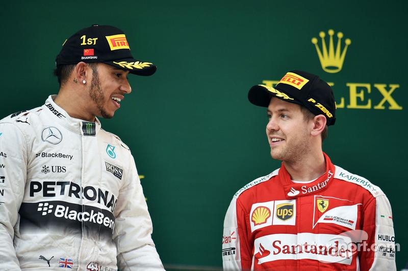 podium: juara balapan Lewis Hamilton Mercedes AMG F1 bersama peringkat ketiga Sebastian Vettel Ferra