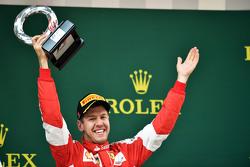 Sebastian Vettel Ferrari fête sa troisième place sur le podium