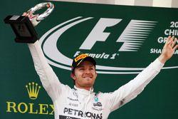 Nico Rosberg Mercedes AMG F1, celebra su segundo lugar en el podium