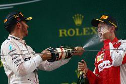 El primer lugar, Lewis Hamilton Mercedes AMG F1 con el tercer lugar, Sebastian Vettel, Ferrari
