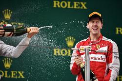 Sebastian Vettel, Ferrari, feiert seinen 3. Platz mit Champagner auf dem Podium