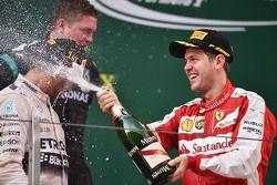منصة التتويج: الفائز لويس هاميلتون، مرسيدس إيه أم جي أف1 وصاحب المركز الثالث يحتفلون بالشامبانيا