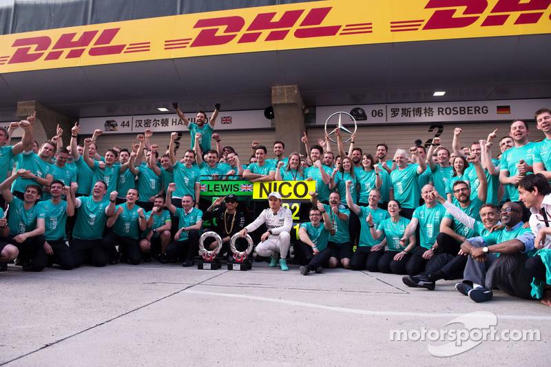 Juara balapan Lewis Hamilton Mercedes AMG F1 W06, dan peringkat kedua rekan setim, Nico Rosberg Mercedes AMG F1 merayakan bersama tim