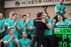 Победитель гонки Льюис Хэмилтон Mercedes AMG F1 празднует с командой