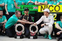 Падди Лоу Mercedes AMG F1 с победителем гонки Льюисом Хэмилтоном Mercedes AMG F1 и занявшим второе м