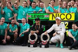 Победитель гонки Льюис Хэмилтон Mercedes AMG F1 и Нико Росберг Mercedes AMG F1 на втором месте празд