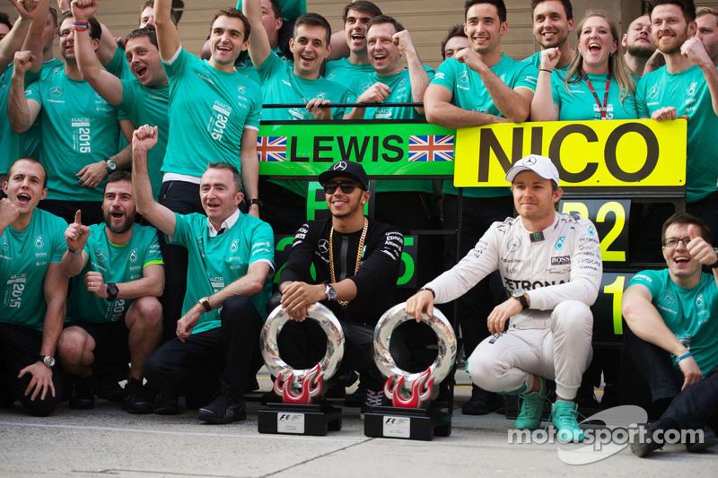 Yarış Galibi Lewis Hamilton Mercedes AMG F1 ve ikinci Nico Rosberg Mercedes AMG F1, takımıyla birlik