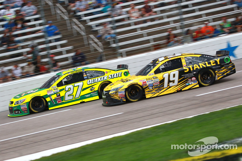 Carl Edwards, Joe Gibbs Racing, Toyota, und Paul Menard, Richard Childress Racing, Chevrolet
