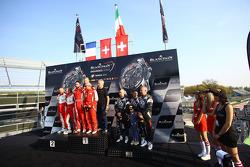 منصة تتويج الهواة: الفائزون في السباق كيسيل ريسينغ فيراري 458 ايطاليا: ستيفن ايرل، ماركو زانوتيني، ل
