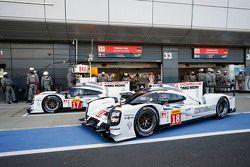 #17 Porsche Team 919 Hybrid: Timo Bernhard, Mark Webber, Brendon Hartley y el #18 Porsche Team 919 H