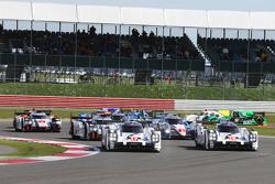 Start: #17 Porsche Team 919 Hybrid: Timo Bernhard, Mark Webber, Brendon Hartley and #18 Porsche Team