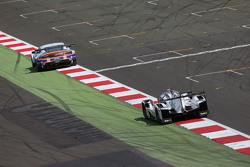 #96 Aston Martin Racing Vantage V8: Roald Goethe, Stuart Hall, Francesco Castellacci and #18 Porsche