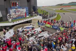 Podium LMP1 : les deuxièmes Romain Dumas, Neel Jani, Marc Lieb, les vainqueurs Benoit Tréluyer, Marcel Fassler, Andre Lotterer et les troisièmes Sébastien Buemi, Anthony Davidson, Kazuki Nakajima