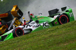 Simon Pagenaud, Team Penske Chevrolet, Ryan Hunter-Reay, Andretti Autosport Honda et Sebastien Bourdais, KVSH Racing se percutent