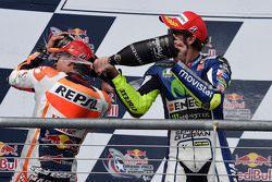 Podio: tercer lugar Valentino Rossi, de Yamaha Factory Racing y ganador Marc Márquez, Repsol Honda Team