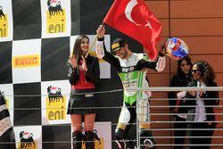 Le vainqueur Kenan Sofuoglu, Puccetti Racing Kawasaki sur le podium