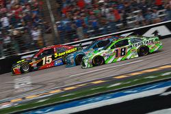 Clint Bowyer, Michael Waltrip Racing, Toyota, und David Ragan, Joe Gibbs Racing, Toyota
