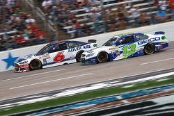 Trevor Bayne, Roush Fenway Racing Ford ve Casey Mears, Germain Racing Chevrolet