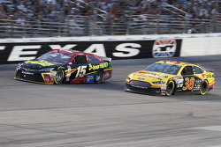 Clint Bowyer, Michael Waltrip Racing, Toyota, und David Gilliland, Front Row Motorsports, Ford