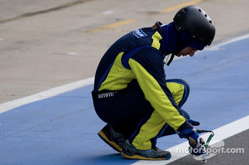 Seorang Teknisi Michelin mengecek suhu track