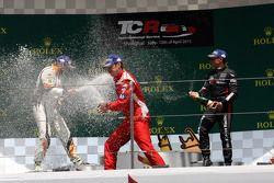 Podium Race 2: 1e positie Andrea Belicchi, SEAT Leon Racer, Target Competition 2e positie Stefano