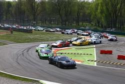 الإنطلاقة: سيارة بلاك بيرل ريسينغ لرينالد فيراري 458 ايطاليا رقم 66: ستيف بارو، بيار كافير تتصدّر