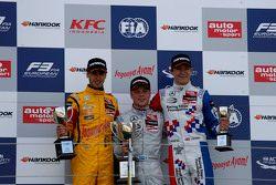 منصة التتويج: المركز الثاني، آنطونيو جيوفينازي، جاغويانا آيام ويذ كارلين. المركز الأول، فيليكس روزين