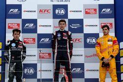 Podio: segundo lugar Charles Leclerc, Van Amersfoort Racing y ganador George Russell, Carlin y Anton