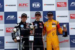 Podio: segundo lugar Charles Leclerc, Van Amersfoort Racing y ganador George Russell, Carlin y terce