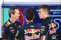 Ведущий инженер команды Red Bull Racing Пол Монаган вместе с Даниилом Квятом