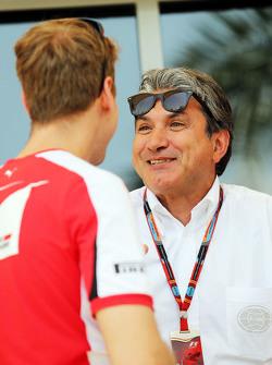 (Kiri ke Kanan): Sebastian Vettel, Ferrari dengan Pasquale Lattuneddu dari FOM