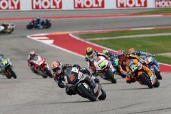 Johann Zarco, Ajo Motorsport, devant un groupe de motos