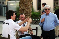 (De izquierda a derecha): Toto Wolff, Mercedes AMG F1 Accionista y Director Ejecutivo con Paddy Lowe