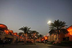 El paddock en la noche