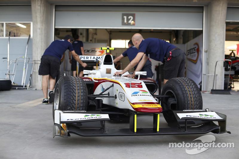 Mekanik Campos Racing sedang mendorong mobil Rio Haryanto menuju garasi.