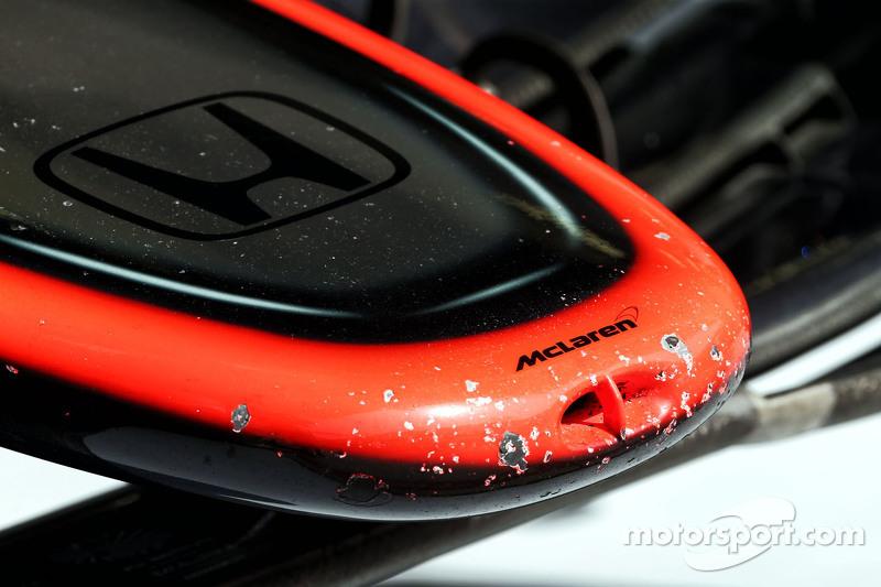 McLaren MP4-30'un burun üzerinde sökülmüş boyaları