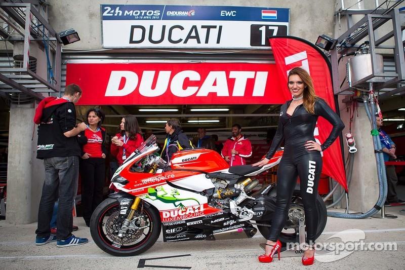 Bezauberndes Ducati-Girl