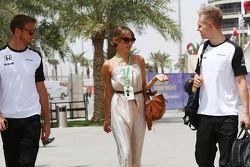 Jenson Button, McLaren, mit seiner Frau Jessica Button, und Kevin Magnussen, McLaren Test- und Ersat