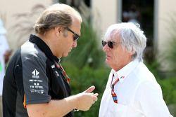 Заместитель руководителя Force India Боб Фернли и Берни Экклстоун