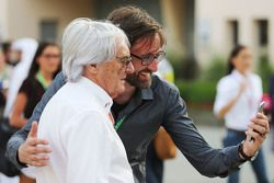 Bernie Ecclestone has a selfie taken