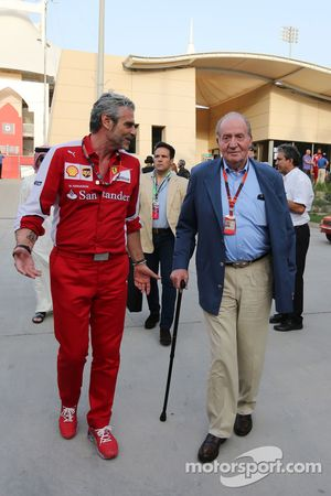 Maurizio Arrivabene, director del equipo Ferrari con el ex rey español Juan Carlos