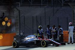Jenson Button, McLaren MP4-30 s'arrête en piste pendant les qualifications