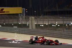 Kimi Raikkonen, Ferrari SF15-T sacando chispas
