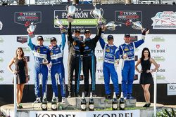 Podium: Tercer lugar #90 VisitFlorida.com Racing Corvette DP: Richard Westbrook, Michael Valiante, l
