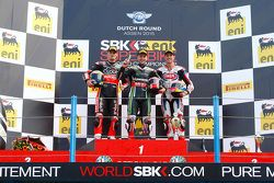 Podium : segundo lugar, Chaz Davies, Ducati Team, el ganador, Jonathan Rea, Kawasaki, y el tercer lugar, Michael van der Mark, Pata Honda