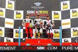 Podium : le deuxième Jules Cluzel, MV Agusta, le vainqueur Kenan Sofuoglu, Puccetti Racing Kawasaki, et le troisième Kyle Smith, Pata Honda