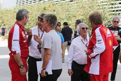 Maurizio Arrivabene, Ferrari-Teamchef, mit Pasquale Lattuneddu, FOM; Eddie Jordan, BBC-Experte; Bern
