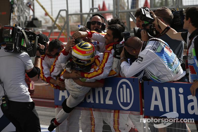 Rio Haryanto merayakan kemenangan bersama dengan kru Campos Racing.