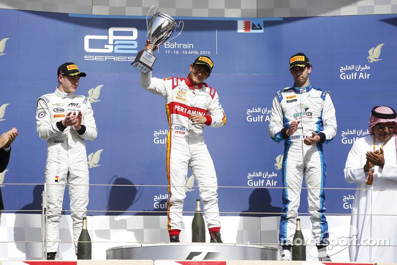 Ekspresi kegembiraan Rio Haryanto meraih trofi kemenangan pada Sprint Race GP2 Bahrain 2015.