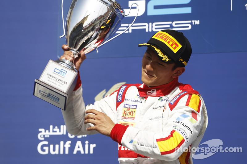 Rio Haryanto mengangkat trofi kemenangannya di GP2 Bahrain.